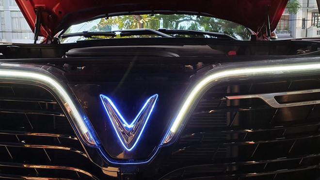 VinFast Lux SA2.0 nổi bật hơn nhờ logo phát sáng