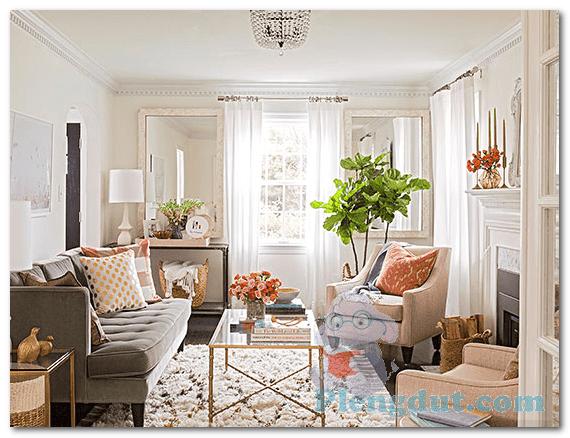 Ide 16: Tirai putih beserta karpet dan paduan sofa berwarna lembut membuat ruangan akan tampak lebih exclusive
