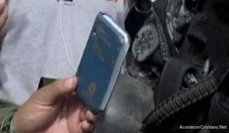 Biblia detiene disparo y salva a policía