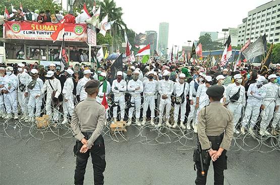 Orator Aksi: Pak Polisi Jangan Halang Rakyat Masuk DPR, Jangan Tunduk kepada Cukong!