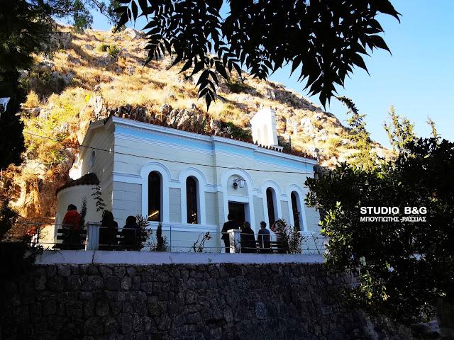 Θεία λειτουργία στον εκκλησάκι του Αγίου Ιωάννη του Θεολόγου