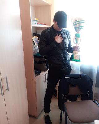 mladi-gej-takmicar-pehari-sportski-dobitnik-nagrada