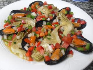 Plato de mejillones y alcachofas con vinagreta de verduras.
