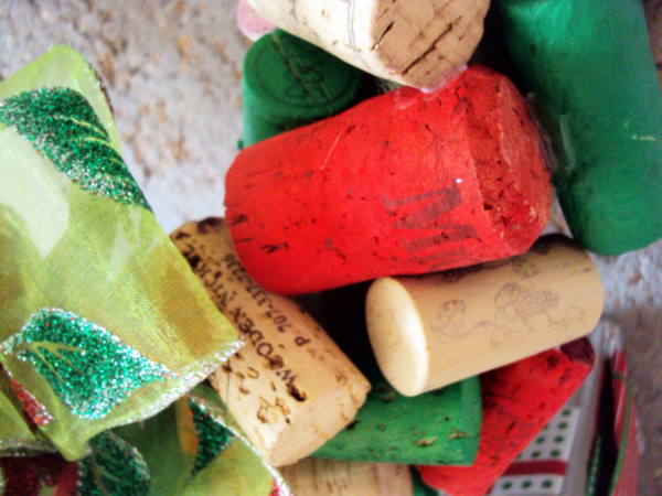 Spray paint some corks red and green for this christmas wreath
