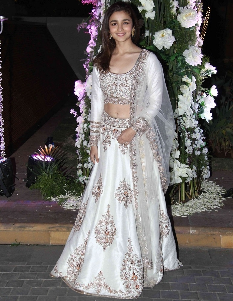 Bollywood Actress Navel Hip In White Dress Alia Bhatt
