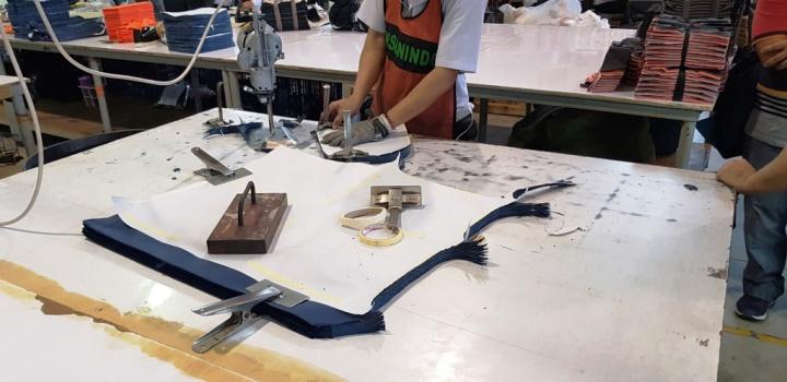 proses potong manual bahan baku di Eiger