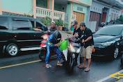 Tumpahan Solar Tercecer di Jalan Cipanas, Sejumlah Pemotor Terjatuh