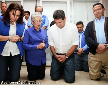 Juan Orlando Hernández agradece a Dios de rodillas