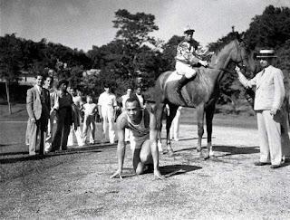 Jesse Owens competiendo con un caballo.