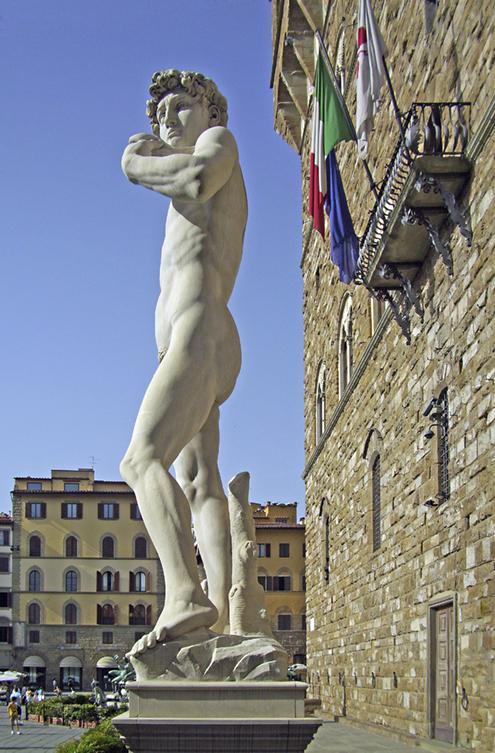 Preciosa imagen de El David de Miguel Ángel Buonarroti a los pies del Palazzo Vecchio (Palacio Viejo) en la Plaza de la Señoría de Florencia