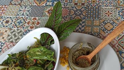 Przepis na sałatkę z szpinakowym pesto