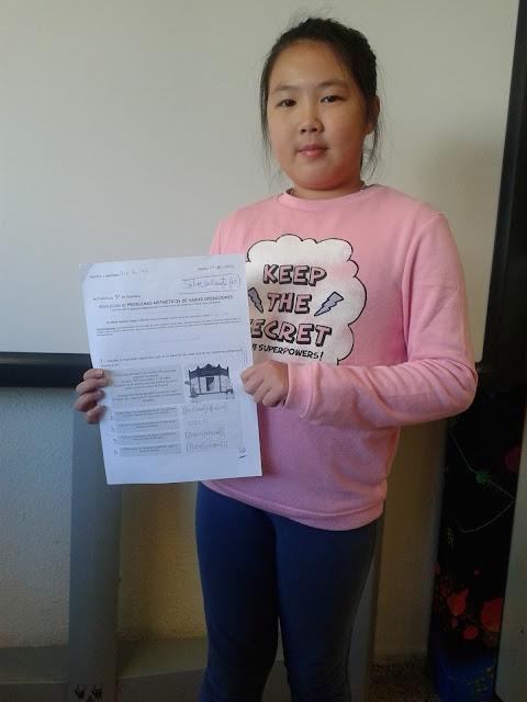 Jiaqi Lin (5º) mostrando orgullosa su sobresaliente (10) en el control