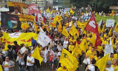 A foto mostra como a greve dos professores está unida e forte.