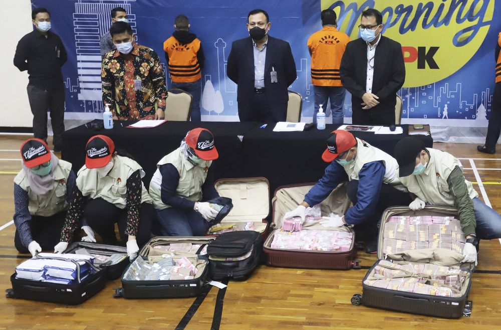 Koper penuh uang disita dari tersangka di Jakarta, 6 Desember. Fotografer: Birendra / AP