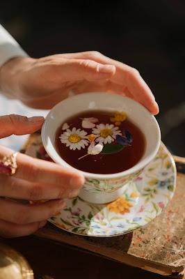خلطة البابونج والشاي للتخلص من انتفاخ منطقة ماحول العينين