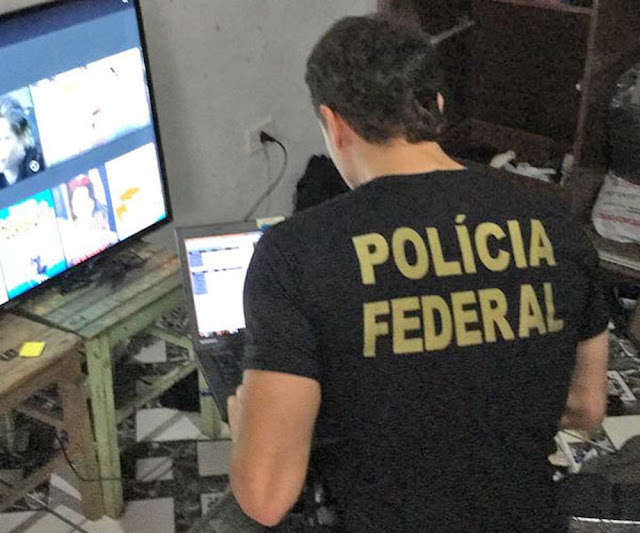 """DURANTE SEGUNDA FASE DA OPERAÇÃO """"PEDOMON """", A POLÍCIA FEDERAL PRENDEU DUAS MULHERES QUE VENDIAM AS IMAGENS DO ESTUPRO DO FILHOS."""