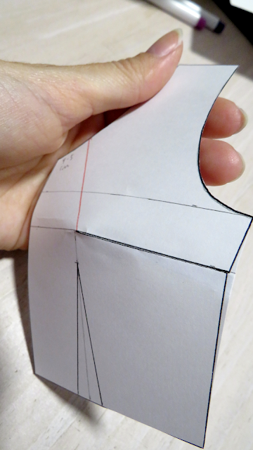 Patrón base delantero con pinza de pecho cerrada y formando volumen