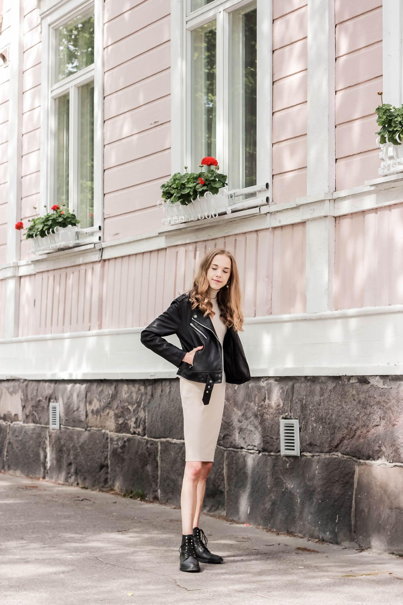 Fashion blogger outfit with beige jumper dress and leather jacket - Muotibloggaaja, asuinspiraatio, beige neulemekko, nahkatakki
