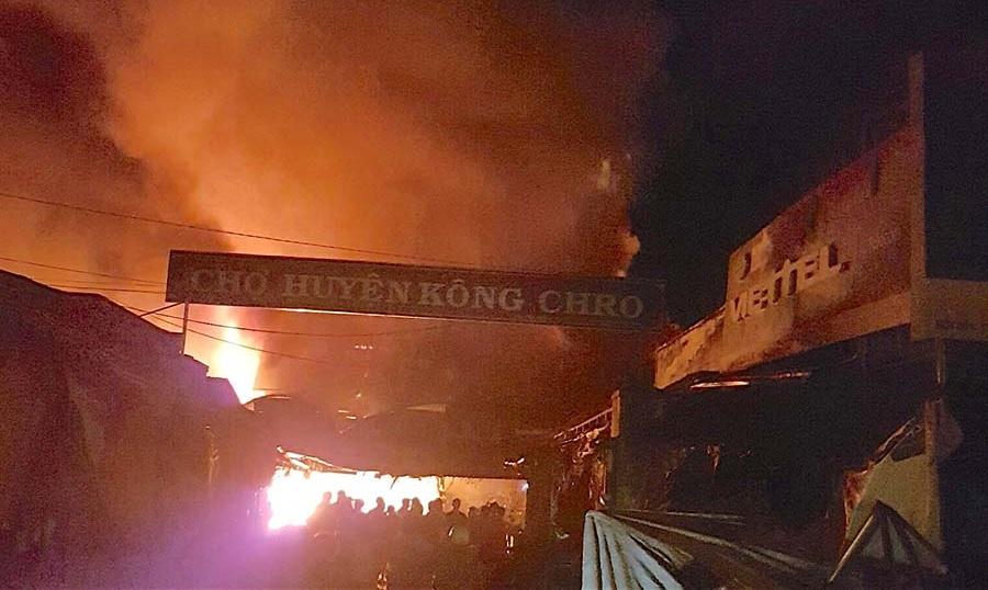 Gia Lai: Cháy 58 kiốt, sạp hàng giữa Trung tâm chợ thương mại