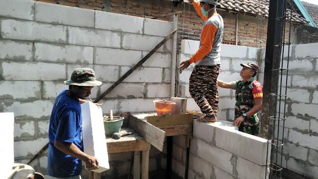 Babinsa Membantu Pembangunan Rumah Warga