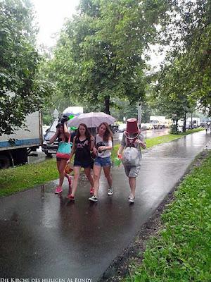 Sich vor Regen schützen lustiger Spaziergang an Regentag - Im Regen zur Schule gehen witzig