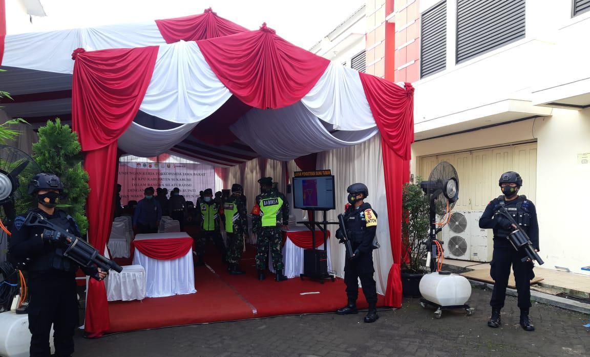 Jelang Coblosan, Sat Brimob Polda Jabar Amankan Kantor KPUD Kabupaten Sukabumi