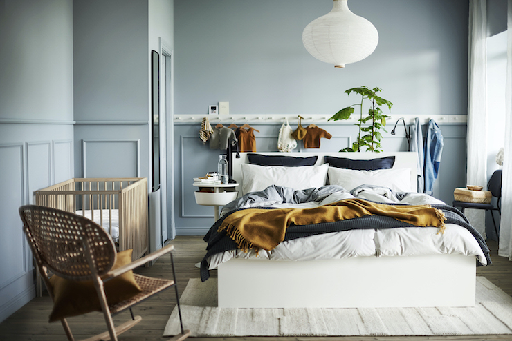 Nuevo catálogo IKEA 2021 dormitorios: dormitorio doble con cuna.