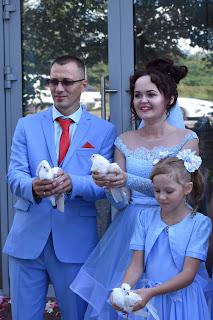 Молодожены выпускают голубей
