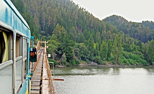 Bucólico. El tren que une Talca y Constitución recorre 88 kilómetros bordeando el río Maule