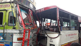 रोडवेज बस-टैंकर में सीधी टक्कर, महिला कांस्टेबल सहित एक दर्जन यात्री घायल | #NayaSaveraNetwork