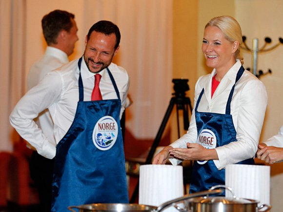 Crown Prince and Crown Princess take part in a master class on salmon filleting