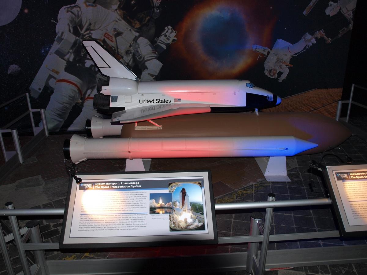 Model promu kosmicznego wraz z pozostałymi elementami zestawu startowego programu STS - zbiornikiem zewnętrznym i rakietami pomocniczymi | Fot: polskiastrobloger.pl