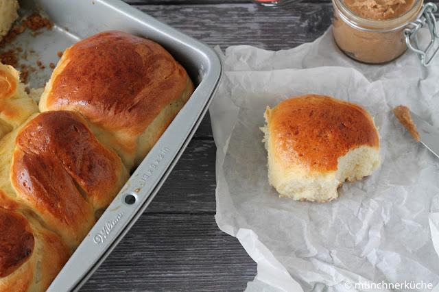 Brioche, luftig, locker und leicht aus Hefeteig mit einer Honigbutter von tastesheriff.