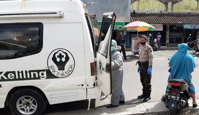 Warga Rembang Tiba-tiba Jatuh Pingsan di Bank,  Dievakuasi dengan Protokol Covid-19