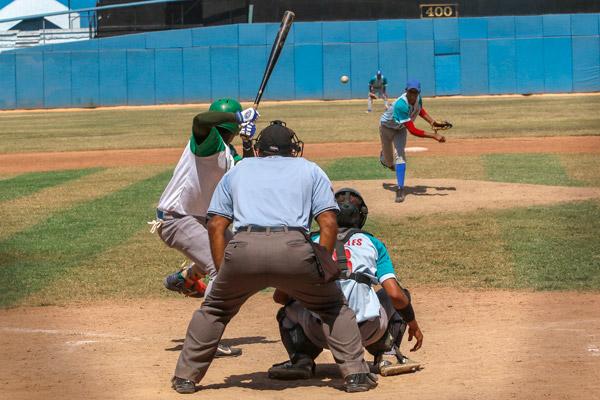 """El tejido no alcanzó para todos los uniformes y la Dirección Nacional de Béisbol debió priorizar a los peloteros. Así, la uniformidad alcanzó un punto bien bajo desde el primer grito de """"play ball"""" de la competencia."""