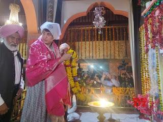 priyanka-gandhi-tribute-ravidas-varanasi