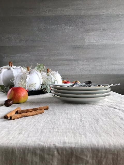 Jesienny stół z dekoracją z białych dyni baby boo