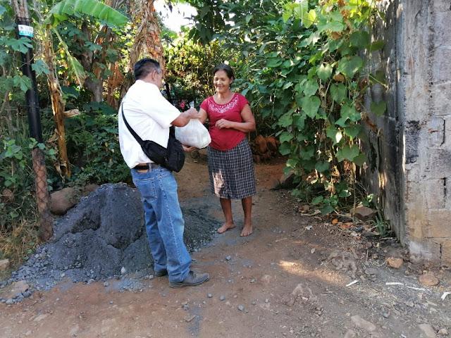 Familias de Taretan reciben despensas gratuitas por autoridades municipales