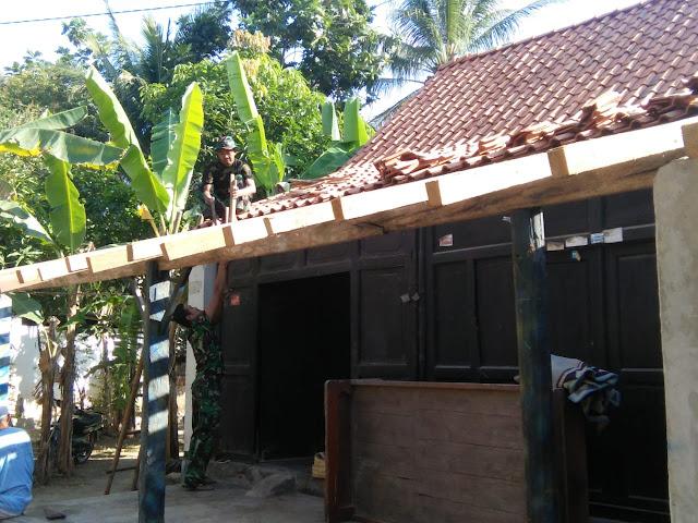 Atap Rumah Warno Sudah Mulai Direhab Satgas TMMD Reg 105 Kodim Klaten