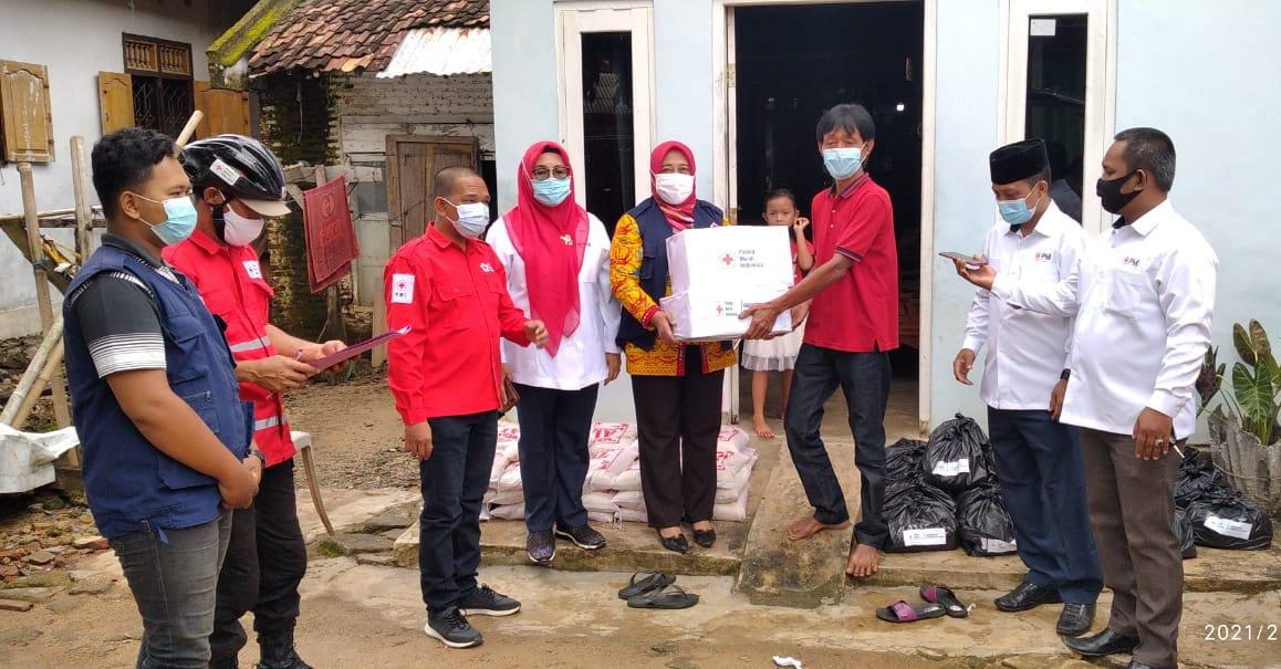 PMI Lampura Berikan Sembako Bagi Puluhan.Warga Korban Banjir