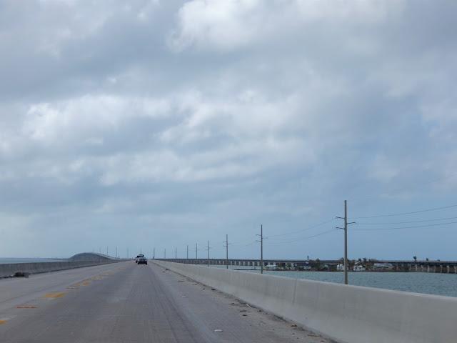Tramo de la carretera sobre el mar en los Cayos,Florida.