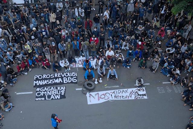 Demo mahasiswa di Bandung. BEM SI menyatakan gelombang demo omnibus law justru dipicu minimnya transparansi dari pemerintah yang tidak memberikan informasi jelas terkait UU Ciptaker.