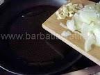 Limba cu masline preparare reteta - punem la calit ceapa si usturoiul tocate in putin ulei