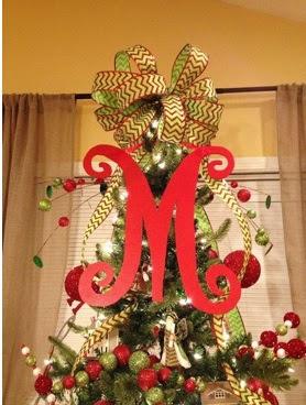 decorar la punta del árbol con un moño de tela