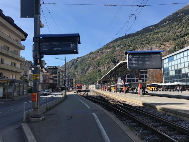 スイスのブリークにあるツェルマット行きの列車のホームは外にあるのでご用心