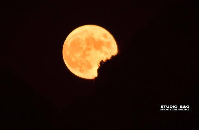 Το ολόγιομο φεγγάρι του Αυγούστου πάνω από το ρομαντικό Ναύπλιο (βίντεο)