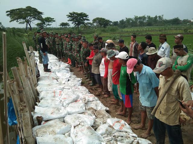 50 Satgas Siaga Bencana TNI Bantu Warga Desa Sayung Perkuat Tanggul Sungai