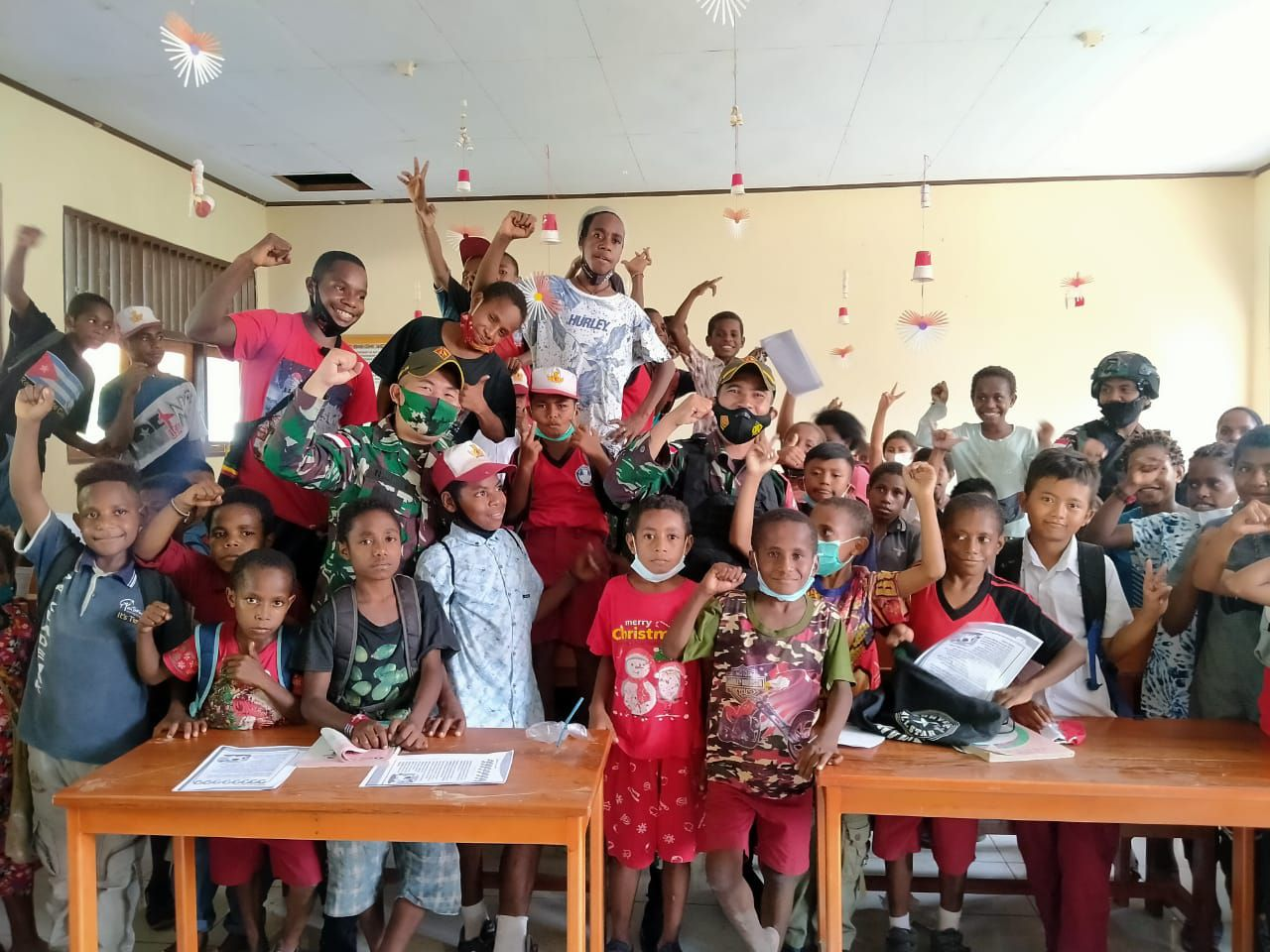 Satgas Pamtas Hibur Anak-Anak Papua Dengan Atraksi Sulap