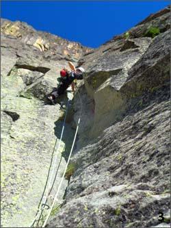 Escalando el sexto largo de la sureste clásica a la aiguillete Joly, en la muralla de pombie