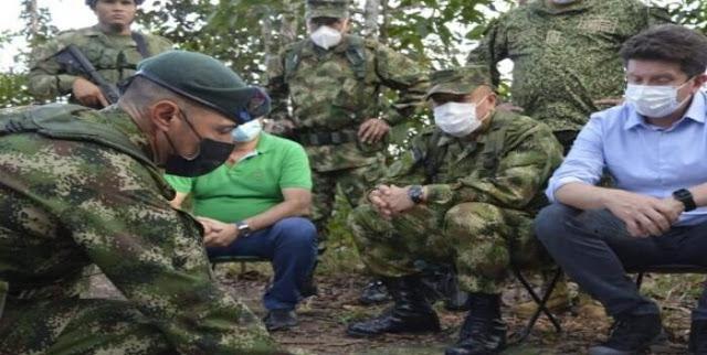 """En entrevista con El Tiempo, el ministro de Defensa, Diego Molano, habló de la situación de orden público en la frontera con Venezuela, límites con Arauca, y señaló que el narcotráfico """"lentamente"""" se está tomando al país vecino con la complacencia de Nicolás Maduro.  Dijo que la Fuerza Pública esta lista a defender la soberanía nacional, y puntualizó que hay un trío conformado por el Eln, la 'Segunda Narcotalia' y las fuerzas militares bolivarianas para atacar a las disidencias de 'Iván Mordisco' y proteger así su negocio ligado al narcotráfico. Añadió que la 'Iván Márquez' """"vive a sus anchas' en el país vecino.  ¿Cómo analiza lo que está pasando en Venezuela y en la zona de frontera?  De acuerdo con lo se conoce, en Venezuela está el Eln, dirigido por 'Pablito', que agencia el narcotráfico entre la región del Catatumbo y Arauca. Al frente de Arauquita están las disidencias de las Farc, cercanas a 'Iván Mordisco' y 'Gentil Duarte', y más allá, también en el estado Apure, Venezuela, cerca del Vichada, está 'Iván Márquez', con 'Santrich' y el 'Paisa' con la 'Narcotalia'. Lo que está sucediendo en Venezuela es que lentamente el narcotráfico se está tomando ese país y tiene rutas, centros de control y pistas, en connivencia con las fuerzas bolivarianas y la administración de Maduro.  Amplíe la información en El Tiempo"""